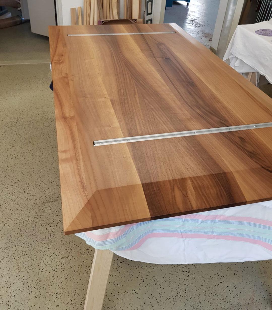 Ansicht der Esstisch-Platte aus Nussholz von unten
